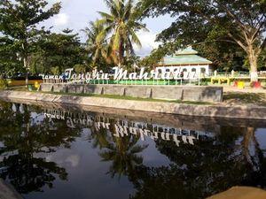 Mengunjungi Taman Kota Sekaligus Makam Kerajaan di Siak