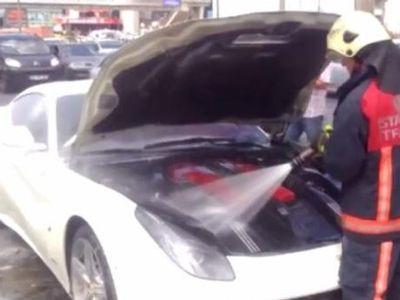 Lagi Asyik Dikendarai, Mesin Ferrari F12 Berlinetta Ini Dilalap Api