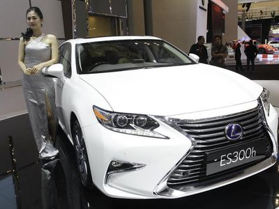 Lexus Luncurkan Sedan ES dan SUV RX