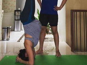 Hamil Besar, Wanda Hamidah Lakukan Yoga Headstand
