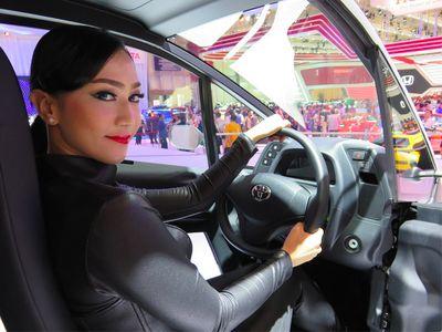 Suka Duka Jadi Model Cantik Toyota