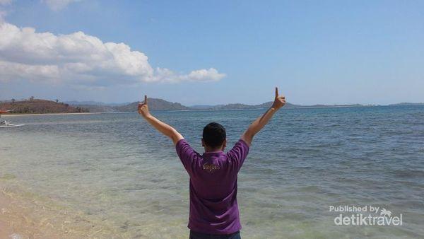 Berpose di Pantai Sekotong