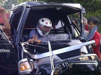 Momen Dramatis Saat Warga Selamatkan Sopir Korban Kecelakaan yang Terjepit Kap Mobil