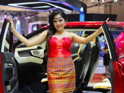Ratu Kecantikan Daihatsu Menghipnotis Pengunjung GIIAS 2015