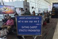 Traveler di Bandara India 'Dilarang Makan Karpet'