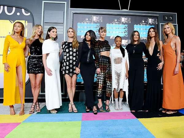 BFF Goals! Taylor Swift Ditemani Para Model Seksi di MTV VMA 2015