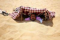 Terapi Kesehatan Untuk Turis di Mesir: Dikubur Pasir Panas