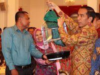 Makan Bareng Pedagang, Jokowi Dikasih Burung
