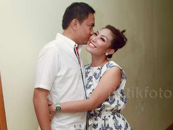Ultah, Ayu Dewi Dikecup Mesra Suami