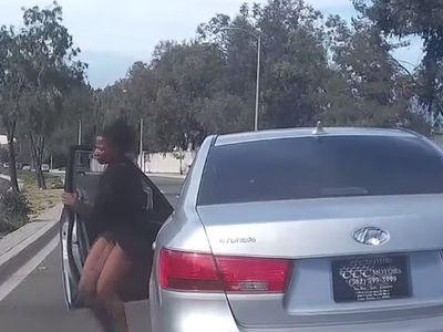 Aneh, Perempuan Ini Keluar Begitu Saja dari Mobil yang Tengah Melaju