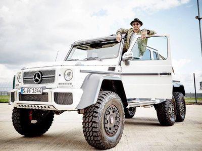 Naik Mobil Raksasa Ini, Lewis Hamilton Terlihat Mungil