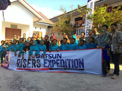 Risers Bagi-bagi Buku ke SD di Gorontalo