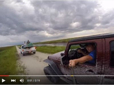 Nyetir Jeep Sambil Selfie, Tabrakan Deh...