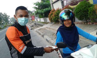 Penunggang Motor Yamaha Bagi-bagi Masker untuk Korban Kabut Asap