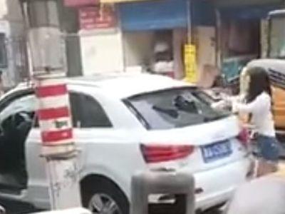 Kesal, Wanita Ini Hancurkan Audi Q3 dengan Batu