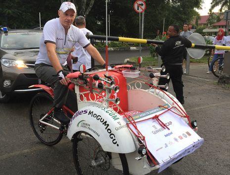 Petualangan Bule Gowes Becak dari Sumatera ke Jawa Dimulai!