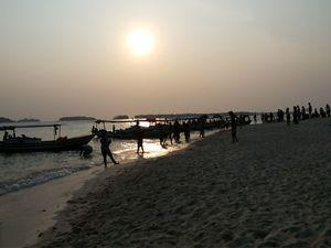 Ada Sunset Emas di Pulau Perak