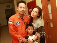 Happy Family! Pose Denny 'Cagur' Boyong Istri dan Anak