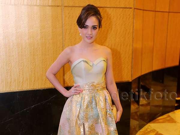 Shandy Aulia Anggun Dibalut Dress Rancangannya Sendiri
