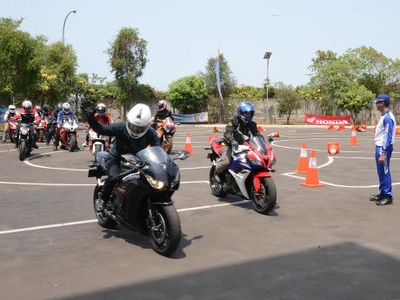 Honda Ajari Pengguna Moge Safety Riding