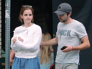 Boys! Emma Watson Punya Gandengan Baru