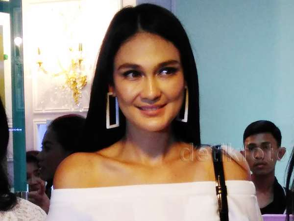 Pretty in White Luna Maya