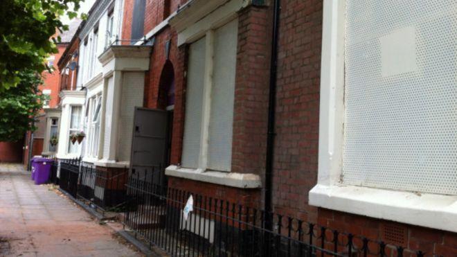 Ribuan Orang Antre Beli Rumah Rp20.000 di Liverpool
