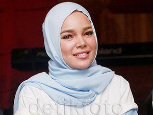 Dewi Sandra Kerap Kritik ke Pemerintah Lewat Media Sosial