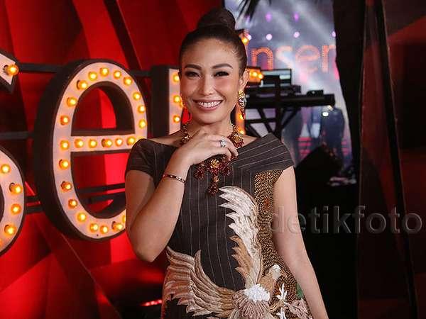 Dress Batik Ayu Dewi yang Menuai Pujian