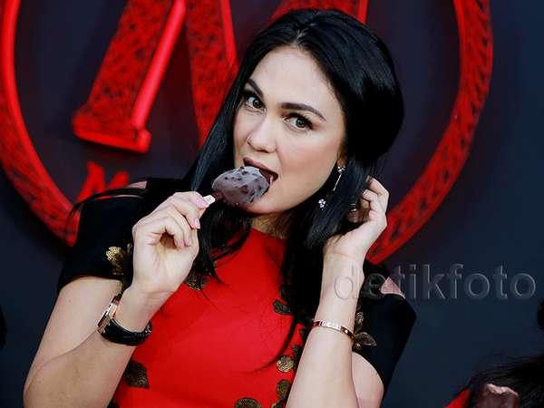 Nikmatnya Luna Maya Makan Es Krim