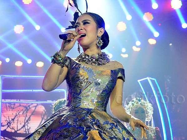 Tidak Nyentrik, Syahrini Glamor Dibalut Gaun yang Dramatis