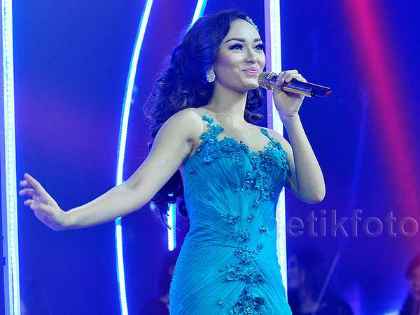 Zaskia 'Gotik' Pretty in Blue