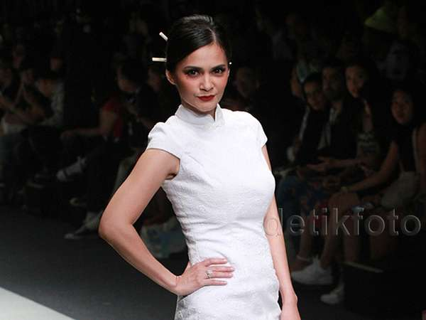 Dibalut Dress Mini Putih, Cut Tari Lenggak-lenggok di Catwalk