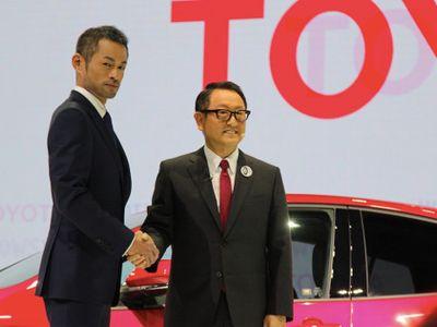 Pria Jangkung Ini Bikin Heboh di Booth Toyota