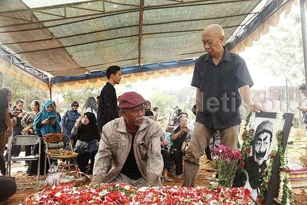 Tangisan Pak Ogah di Pemakaman Pak Raden