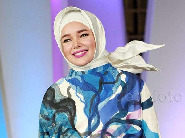 Cantiknya Dewi Sandra