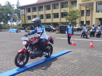 30 Siswa SMA Bandung Belajar Nyetir Motor yang Aman