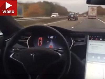 Buktikan Fitur Autopilot, Pemilik Tesla Nekat Biarkan Mobil Jalan Sendiri