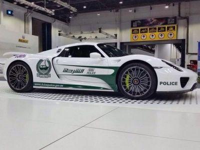 Polisi Dubai Kini Berpatroli Pakai Porsche 918 Spyder