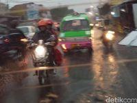 Mengendarai Motor yang Aman Saat Musim Hujan