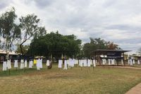 Gantungan Salib Gaun Putih di Kimberley Peringati Hari KDRT di Australia