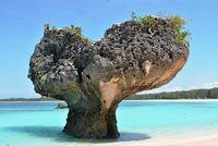 Ada Batu Karang Berbentuk Hati di Pantai Oesosole, NTT