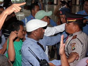 Belasan Orang Protes Kisruh Freeport di Gedung DPR