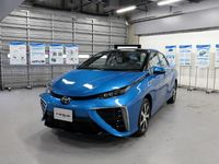 Menjajal Mobil Hidrogen Toyota Mirai di Sirkuit
