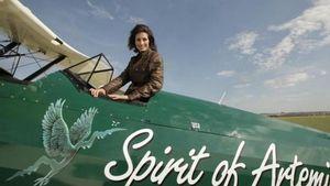 Seorang Perempuan Terbangkan Pesawat Kuno dari Inggris ke Australia