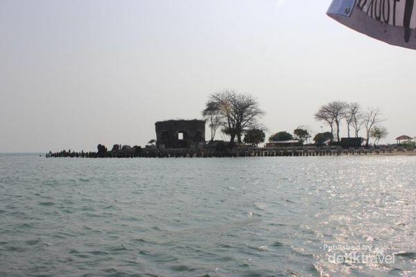 Tampak Pulau Onrust di kejauhan