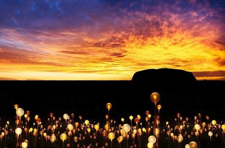 Ribuan Bunga Cahaya Hias Ayers Rock di Australia