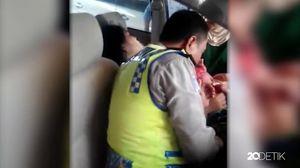 Video Polisi Bantu Istri TNI Melahirkan di Mobil