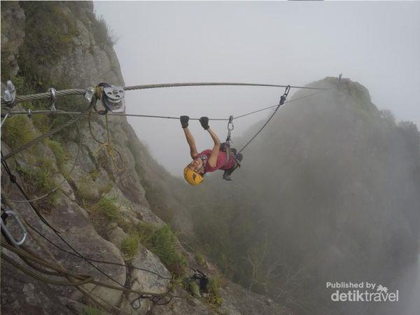 Menggelantung Di Puncak Gunung Parang, Menantang!
