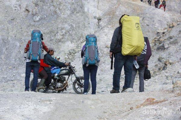 Naik Gunung Papandayan Pakai Motor, Seru Maksimal!